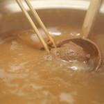 池富 - だし汁にお味噌を溶き入れ、準備完了