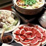 池富 - 秘法ぼたん鍋 牛蒡・子芋・白菜・しめじ・コンニャク・焼き豆腐・白ネギ等を、特選猪肉と煮込みます。脂身が透き通り、縮れてまいりましたら食べ頃です