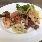 Buffet & Cafe GINZA SAI - ランチビュッフェ2300円。サーモンのムニエル、生野菜とサラダ各種。ムニエルは今いち。。。一緒に用意されていた海老はぷりぷりで、とても美味しかったです(╹◡╹)。サラダたくさーん食べました(╹◡╹)