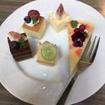 Buffet & Cafe GINZA SAI - ランチビュッフェ2300円。お食事系を4皿いただいたあとに、中締め?のデザートです(笑)。ショコラとミルクレープがとても美味しかったです(╹◡╹)