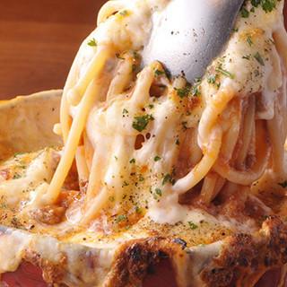 濃厚な味わいが人気◎アツアツの窯焼きパスタ「ボルケーノ」