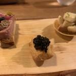 LeAnn - キャビアをのせたマドレーヌの形のビスケット、旭川のもち豚のパテ、フランス産フォアグラとバナナ、ズッキーニと鰯のリエット、丸いのは赤平の子羊
