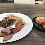 Buffet & Cafe GINZA SAI - ランチビュッフェ2300円。カットサービスのローストビーフ、お寿司など。その場でカットしていただきました( ◠‿◠ )。しっとりとして、脂身、肉汁と程よく、とても美味しくいただきました(╹◡╹)