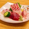 駒季 - 料理写真:刺身盛り合わせ(イセギ、モンズマ、天然鯛、カツオ)