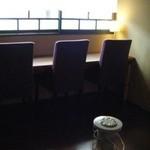 チーズケーキプリンセス岡崎カフェ - 日差しが柔らかく入るカウンター席