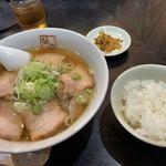 会津喜多方ラーメン 坂内 - 料理写真:喜多方ラーメン+サービスライス(480+0円)