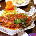 スイタイ - マナガツオの唐揚げの甘辛ソース「プラーラード ブリック」。