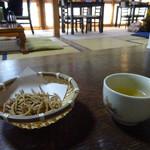 天草蕎麦処 苓州屋 - サービスのそばを揚げたのとそば茶