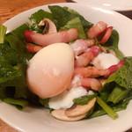 カフェ ラ・ボエム - ほうれん草とベーコンのサラダ 780円 +温泉卵トッピング150円