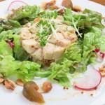 長崎ばってん鶏といちじく、りんごのタルタル ナッツとマスタード風味