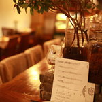 東洋食堂 百 - カウンター席とメニュー表。