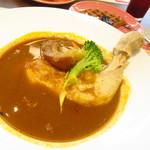 Cafe Contrail - グルメクルージングランチ 1600円(税込)の北海道代表桜姫鳥骨付きのスープカレーのアップ【2019年9月】