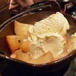 新橋シャモロック酒場 - 丸ごと焼き林檎の 蜂蜜バター アイス添え 580円