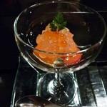 えん - 料理写真:お通しの「スモークサーモン」・・厚めに切ってあり美味しい。