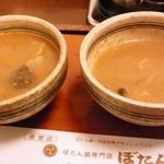 11597950 - 左:ぼたん鍋ダシ 右:デカンショうどんダシ