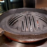 115972405 - 炭火にはスリット式ジンギスカン鍋ね♪