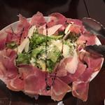 炭火焼赤身肉とクラフトビール ヴァベーネ - プロシュートとパルミジャーノチーズのサラダ