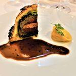 """ベッラ・ヴィスタ - 日本が誇る国産牛フィレ肉とフォアグラのパイ包み焼き """"ウエリントン風"""" 燻製ポロ葱のラヴィオリと黒トリュフソース"""