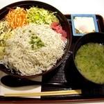 とびっちょ Terrace Mall 湘南店 - しらす丼にお味噌汁