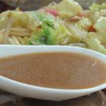 よしだ家 - 赤味噌ブレンドなのでしょうか。甘みとコクが効いたスープ。