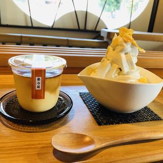 角屋 - 料理写真:2階のカフェで「伊吹牛乳ソフトクリーム」と「大幸醤油プリン」をいただきます♡