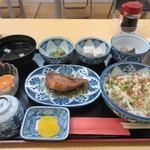 民宿 高知屋 - 料理写真:夕食は金目鯛の煮付や鰹のタタキと言った高知名物の夕食を堪能させていただきました。