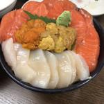 市場食堂 味処たけだ   - 三色丼(サーモン・ホタテ・ムラサキウニ・エゾバフウニ)