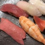 江戸之家 - SUN9握り1100円。鯛の腹身は上段右です。下段左が追加注文の中トロ390円。脂ののりと、旨味たっぷりの白身が絶妙な、鯛の腹身が、一番美味しかったです(╹◡╹)