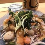 江戸之家 - 江戸之屋海鮮サラダ980円。具の中心は、ほっき貝です。サラダのシャキシャキ感と、貝のもっちり感の対比で、とても美味しくいただきました(╹◡╹)