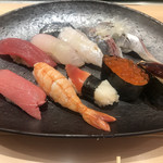 江戸之家 - SUN9握り1100円、中トロ390円。ランチセットの一つのこの品は、光物二貫が入っていたので、選択しました。その二つも美味しかったですが、鯛、海老、穴子がとても美味しかったです(╹◡╹)