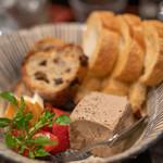 116013337 - 2019.9 丹波地鶏レバーのパテ(680円)バゲット、レーズンとマカデミアナッツのパンを添えて