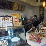 カフェ・ド・クリエ - まずはカウンターで注文です