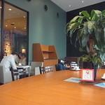カフェ・ド・クリエ - 店内はオサレ風