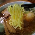 平塚ラーメン - 麺は中太ちぢれ麺(手もみ麺)