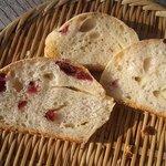 石窯パン工房森のおくりもの - サルナシ酵母のパン生地がクランベリーとヴァローナのホワイトチョコと相性よく好評です