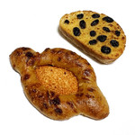 116057861 - パン オ ルヴァン ラム レザン(260円 +税)                       あめ色玉ねぎとチーズのフランス(220円 +税)