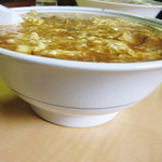 高権 - 深い丼に、並々とスープが入っている