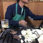やきにく徳山 - その他写真:ちょっと、それ俺の肉!