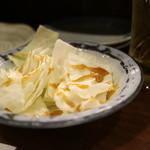本格炭火焼き鳥&博多もつ鍋 串たつ - お通しの「キャベツ」。ソースが濃い。