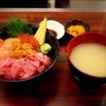 海鮮丼 大江戸 - 函館丼・・・沢庵とお味噌汁もつきます