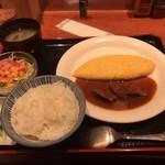 ラミ - ビーフシチューオムレツ。ビーフシチューが少ない(><) が、味はとても美味しい^ ^お肉もトロトロです♫