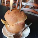 BEAR - 熱々の、きのこ型スープ、パンカットの様子