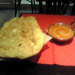 Nepal - チキンカレーと巨大ナン