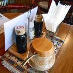 食事珈房 はしら - 卓上に常備された調味料類