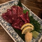 九州珠 - 熊本直送!鮮馬刺し 新鮮な赤身の馬刺し。玉ねぎスライスがたっぷり。 甘めの醤油と山葵とニンニクで。