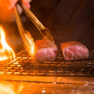 紀州備長炭で香ばしく焼き上げる《焼鶏・牛肉・豚肉》