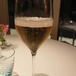 116139504 - 乾杯のシャンパーニュ