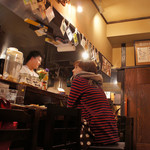 おいで屋 - 日本酒のラベルが飾られた店内