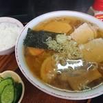 関食堂 - 料理写真:中華そば中盛り450円と半ライス(お新香付き)50円(*'ω'ノノ゙☆パチパチ