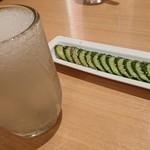 餃子食堂マルケン - シャリキンレモンサワーときゅうりの1本漬け
